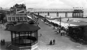 1939 De Wandelpier van Vlissingen met op de voorgrond restaurant Wilhelmina